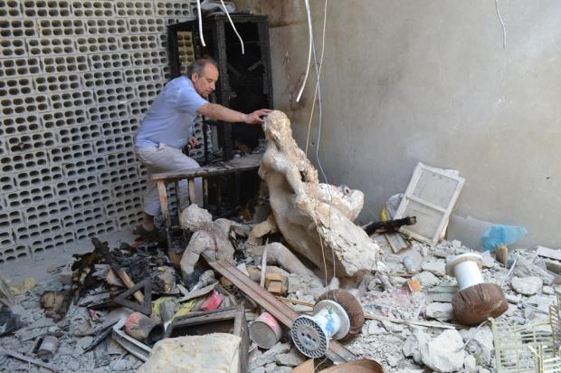 Le docteur Ghazi Aswad inspecte les ruines d'une usine de la zone industrielle de Yaborud, dévastée la semaine dernière par un raid de l'armée de Bachar Al-Assad.© Frédéric Helbert/Sphinx