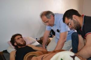 Le docteur Ghazi Aswad, de retour en Syrie, est ici au chevet d'une victime de la guerre civile syrienne, à Yabroud.