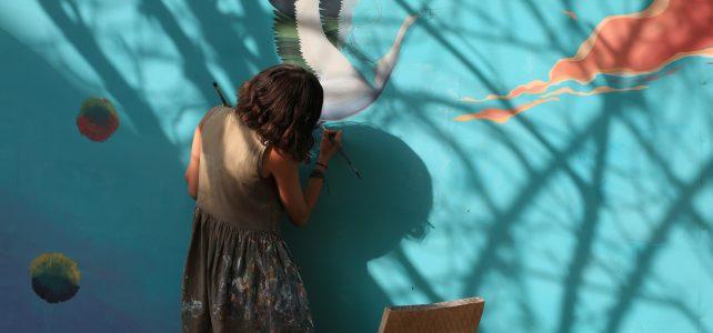 Diala Brisly peint pour les enfants syriens de la Bekaa